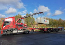 Seecontainer Anlieferung mit LKW und Ladekran