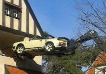 Teleskopstapler hebt Porsche 911 aus dem Fenster