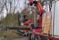 Einsatz Schwerlast LKW mit Selbstlade-Kran und Stapler in Berlin